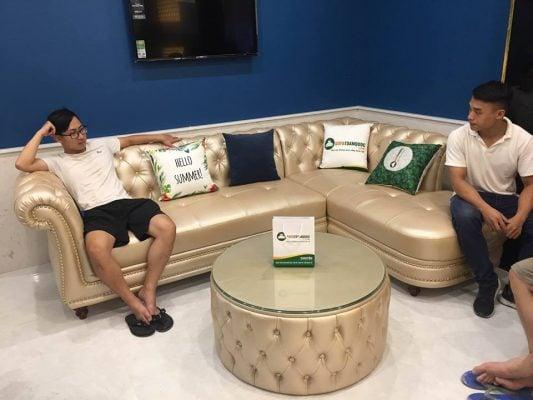 Bộ sofa tân cổ điển sang trọng đặt ở phòng chờ của spa