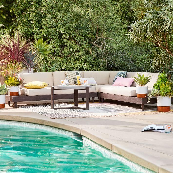 Sử dụng dễ dàng trong nhà và ngoài trời khi có thể di chuyển và bài trí nhẹ nhàng mẫu sofa gỗ lót đệm tiện dụng