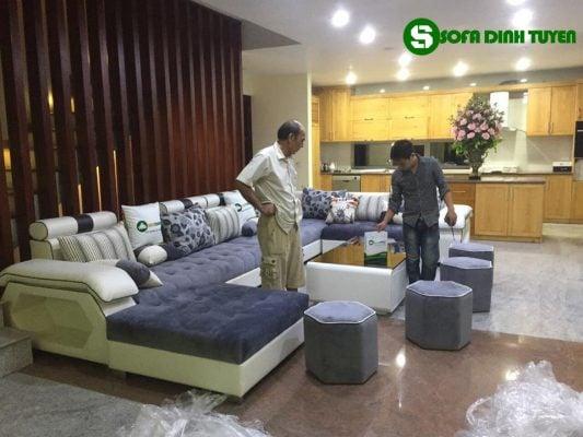 Đôn sofa đi kèm lấp đầy những khoảng trống và có thể dễ dàng di chuyển để tạo nên sự tươi mới