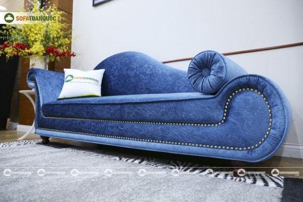 Những đường cong và hệ thống đinh tán dọc theo sản phẩm mang tới điểm nhấn cho mẫu sofa relax này