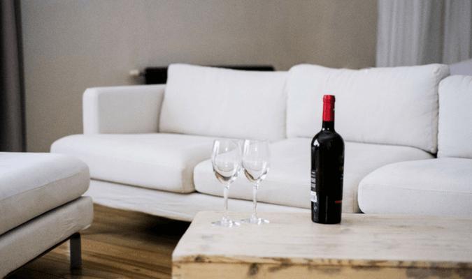 sử dụng rượu trắng hoặc cồn làm sạch ghế sofa