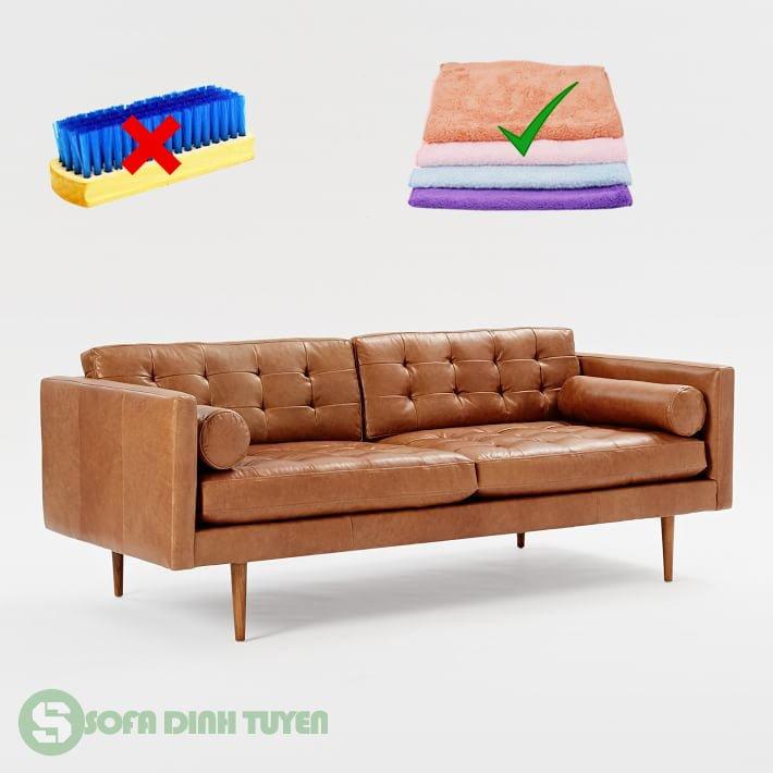 Không dùng bàn chải cứng khi lau dọn ghế sofa.