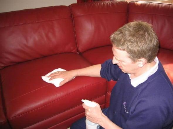 Vệ sinh làm sạch ghế sofa sẽ giúp bộ ghế sofa trông như mới.