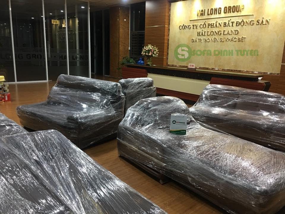 Bộ sofa đã sẵn sàng tập kết dưới sảnh chờ của công ty bất động sản Hải Long Land