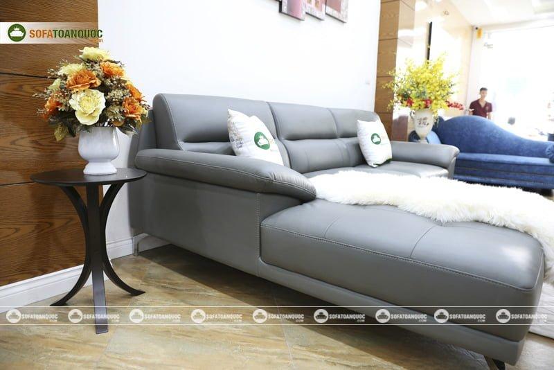 ghế sofa màu xám tro chân inox bọc da