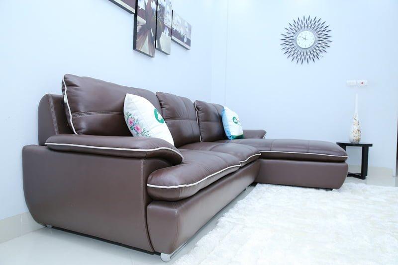 Chân ghế inox của sofa dạng tròn, an toàn, chống trơn trượt và không gỉ sét.