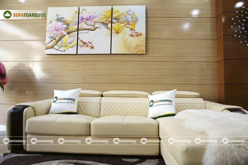 Khung viền gỗ chắc chắn sáng bóng khoẻ khoắn khiến ai cũng yêu thích bộ ghế sofa này.