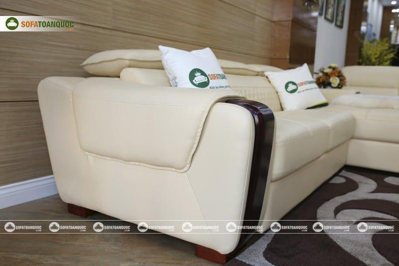 Khung bên trái sofa ngoài viền gỗ còn có lớp da bọc được thiết kế tinh tế.