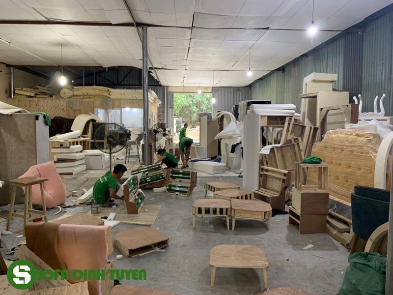 thợ làm sofa tại xưởng sản xuất ghế sofa
