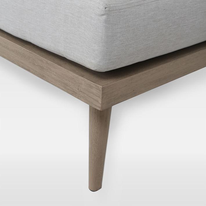 Chân ghế sofa gỗ chắc chắn khi sử dụng.